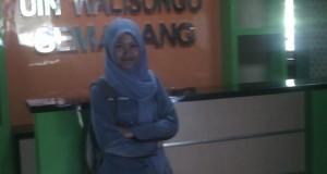 tampak mahasiswi sedang berdiri didepan mini bank FEBI UIN Walisongo Semarang