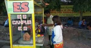 tampak pak Edi (40) sedang melayani pembeli.