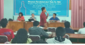 menjelaskan: Adi (Berdiri) dari Forum Petani dan Produsen Minuman Berfermentasi (12/02/2016)