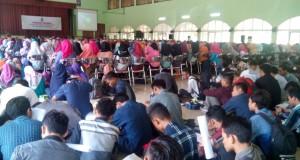 Tampak mahasiswa baru duduk lesehan mendengarkan materi stadium general