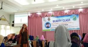 Ayu Diyah Pasha sedang menjelaskan materi dalam Acara Beauty Class