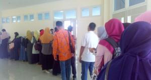 Tampak peserta menunggu giliran mengisi absensi