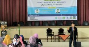 Seorang pembicara tengah menyampaikan materi di hadapan audien dalam Seminar Nasional Public Speaking and Hypnotherapy HMJ MPI. Kamis, (26/10/17).