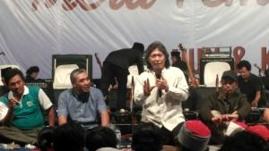 Cak  Nun (Emha Ainun Najib) saat menyamaikan materi di pelataran Balaikota dalam rangka Ngaji Bareng oleh Aliansi Petani Tembakau Indonesia.