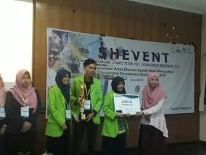 Delegasi ForSHEI (Forum Studi Hukum Ekonomi Islam) mendapatkan hadiah dalam even SHEVENT Sharia Economic Competition (SEC) 2017.