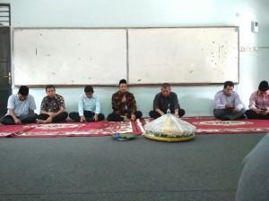 Imam Yahya (tengah), Dekan Fakultas Ekonomi dan Bisnis Islam (FEBI)  saat memberi sambutan pada tasyakuran Hari Lahir FEBI, di ruang H1, Selasa, (16/01/2018).