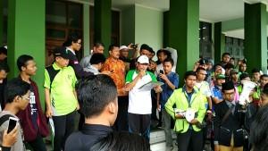 Tampak Suparman, selaku Wakil Rektor III sedang membacakan Nota Jawaban di depan massa unjuk rasa. Doc. LPM Invest.