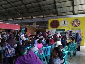Tampak masyarakat sedang antre untuk cek kesehatan gratis di lantai tiga Pasar Bulu.