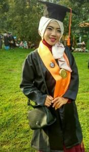 Siti Rohmawati, salah satu kru LPM Invest menjadi wisudawan terbaik. Rabu, (7/03/2018)