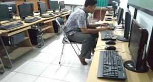 Seorang mahasiswa tampak tengah mengoperasikan komputer di labolatorium komputer baru bertempat di H2.