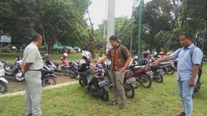 Aiptu Sunarso, sedang meminta keterangan kepada Rahul selaku korban aksi pencurian sepeda motor, di parkiran Gedung L. Kamis, (8/3/2018)
