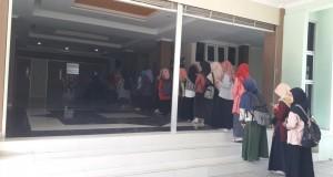 Tampak mahasiswa sedang antri memasuki Auditorium 2 kampus III UIN Walisongo. Semarang Senin,(09/04/2018)