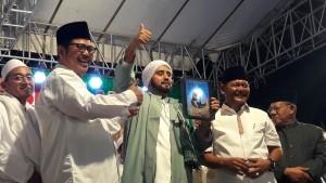 Habib Syech menerima penghargaan yang diserahkan Sekda dan Ketua PCNU Kota Semarang