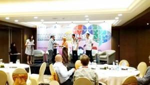 Nur Zaenab saat menerima penghargaan sebagai salah satu mahasiswa yang mewakili kaum muda dalam Dialog Nasional Ketenagakerjaan Inklusif di Indonesia. Selasa, (14/8/18)