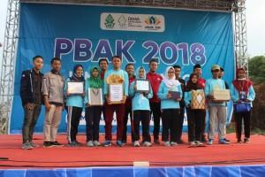 Penulis artikel terbaik masing masing fakultas saat menerima penghargaan di puncak acara PBAK. Rabu, (29/8/2018)