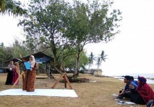 Dina saat membacakan puisi dalam kompetisi Karya Cipta Puisi JES Internasional di Banten. Jumat, (28/9/2018)