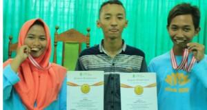 Tyas Cahya Paningrum (kiri), Abdul Jalil (tengah), dan Ahmad Jauhari Wijaya (kanan) foto bersama seusai pengumuman pemenang lomba catur pada Orsenik 2018.