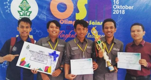 Agung dan Tim foto bersama usai menerima trofi dan piagam penghargaan di Audit 1 Kampus I UIN Walisongo Semarang. Selasa, (16/10/2018)