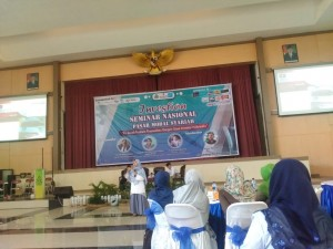 Tampak Frisca Devi Choirina (Founder Investor Saham Pemula) sedang menyampaikan materi kepada audien di Auditorium 2kampus III UIN Walisongo Semarang. Selasa, (13/11/2018)
