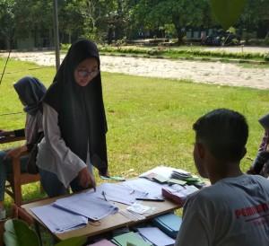 Salah satu mahasiswa sedang mengikuti prosedur dalam pemilwa 2018 yang berada di Alun-Alun FEBI. Rabu, (19/12/2018).