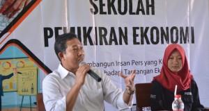 Wakil Dekan III, Khoirul Anwar menghadiri pembukaan Sekolah Pemikiran Ekonomi di Gedung H-6. Senin, (25/2/2019)