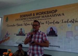 CEO Sampah Muda saat memaparkan mengenai star-up di Seminar dan Workshop Entrepreneurship Mahasiswa Fakultas Ekonomi dan Bisnis UIN Walisongo, Senin, (8/4/2019).