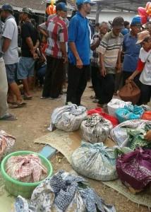 Suasana warga Desa Mantingan Tengah saat mengumpulkan nasi berkat. Sumber: Dokumentasi Lpm Invest