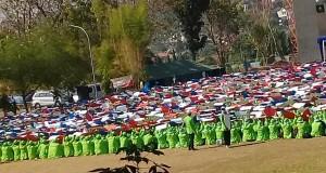 Tampak  mahasiswa sedang mengikuti arahan tim kreatif untuk melangsungkan paper mob di lapangan utama kampus III UIN Walisongo.