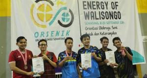 Eko dan Iqbal (kaos biru) saat menerima medali perak cabor bulu tangkis Orsenik 2019 di GSG. Rabu, (18/9/2019)
