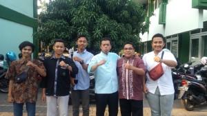 Nusron Wahid foto bersama ketua organisasi mahasiswa intra FEBI usai studium general di Audit 1 Kampus 1 UIN Walisongo Semarang. Jumat, (6/9/2019)