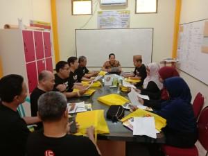 Para dosen dan tenaga kependidikan FEBI saat belajar bersama tentor di Language Center Kampung Inggris Pare. Minggu, (9/9/2019)
