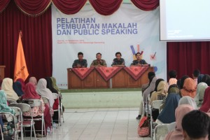 Ketua DEMA (Kiri), Wakil Dekan III FEBI (Pakaian Batik) dan jajaran DEMA FEBI saat pembukaan acara Pelatihan Makalah dan Public Speaking di Audit 1 Kampus 1 UIN Walisongo Semarang. Jumat, (13/9/2019)
