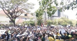 Ribuan mahasiswa saat melakukan unjuk rasa di depan Kantor DPRD Jateng, Selasa, (24/9/2019).