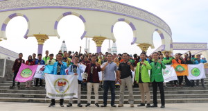 Peserta rakernas FORNAS MESYA, menyatakan deklarasi dukungan pembumian ekonomi Syariah di depan Masjid Agung Jawa Tengah, Sabtu, (19/10/2019)