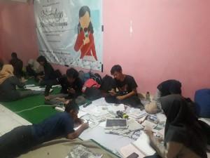 Calon kru magang tampak serius saat menggarap majalah bayangan hingga larut malam di Kawan Candi Gedong Songo, Kec. Bandungan, Kab. Semarang. Sabtu, (12/10/2019)