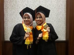 Novatul Isrowiyah dan Nofiyatul Khoiriyah wisudawati terbaik prodi SQ Perbankan Syariah. Senin, (18/11/2019).