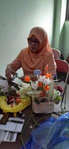 Riri, istri Kabag AUK Nasrudin tampak serius saat tengah mengikuti perlombaan merangkai sayuran.