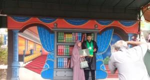 Tio salah satu photographer yang membuka jasa di acara pelepasan wisuda UIN Walisongo Semarang.