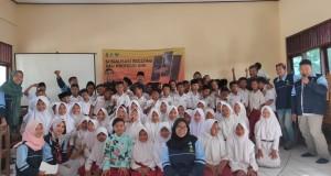 TIM KKN Mandiri Insisiatif Terprogram (MIT) posko 59 UIN Walisongo Semarang foto bersama dengan SDN Tlogorejo 3, Karangawen, Demak.