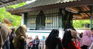 Usai ziarah, rombongan FEBI UIN Walisongo Semarang berhamburan keluar dari makam.