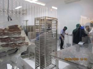 proses pencetakan ccklat di Pod Chocolate Bali