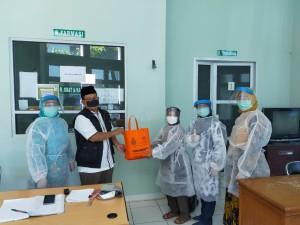 Abdul Kholiq selaku Wakil Rektor II UIN Walisongo Semarang memberikan bantuan ADP kepada Tim Medis di Ngaliyan.