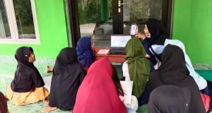 Kegiatan belajar di lakukan di serambi Mushola Baitur Ridho RT 01/ RW 01 Kelurahan Dombo, Kecamatan Sayung, Kabupaten Demak.
