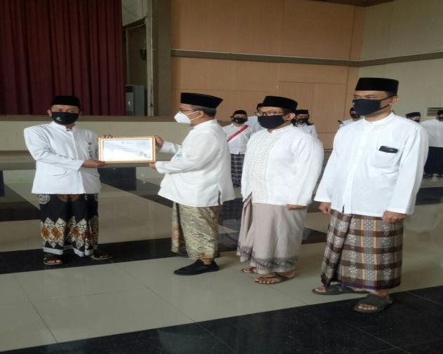 Penyerahan piagam juara WeGreen Faculty Award kepada Dekan Fakultas Ekonomi dan Bisnis Islam (FEBI) UIN Walisongo Semarang