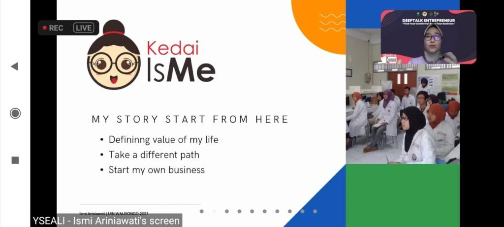"""Ismi Ariniawati yang juga founder Kedai IsMe """"Pelopor Ayam Pedas Keju Jepara"""" sedang memaparkan materi"""