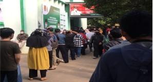 Masyarakat dan Mahasiswa Sedang Mengantre Nomor Urut di Sentra Vaksinasi UIN Walisongo Semarang