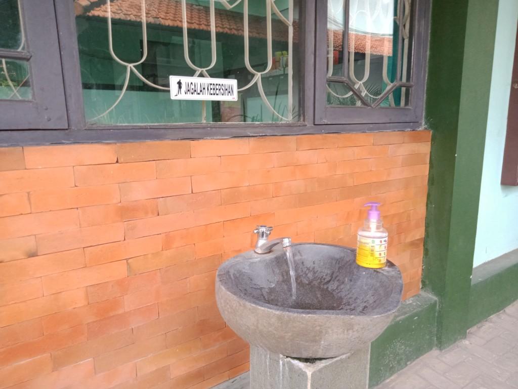 (Tempat cuci tangan telah dipersiapkan dekat kantor FEBI untuk persiapan kuliah tatap muka nanti)