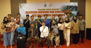 (Aktivis Mahasiswa FEBI foto bersama dengan pendamping dalam acara Pelatihan Public Speaking)