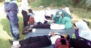 Tampak mahasiswa baru kelelahan dan berakhir pingsan yang sedang ditangani tim kesehatan